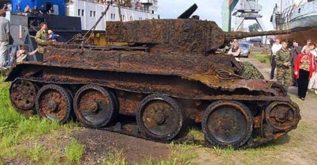 Археологи знайшли в землі старий танк. Те, що виявилося всередині, розбурхало всіх присутніх!