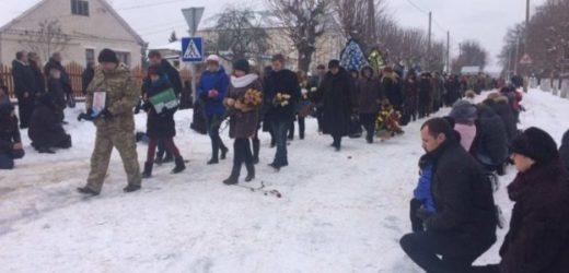 Героям Слава! Подивіться «брати росіяни» як українці зустрічають загuблого героя!.. (ВІДЕО)