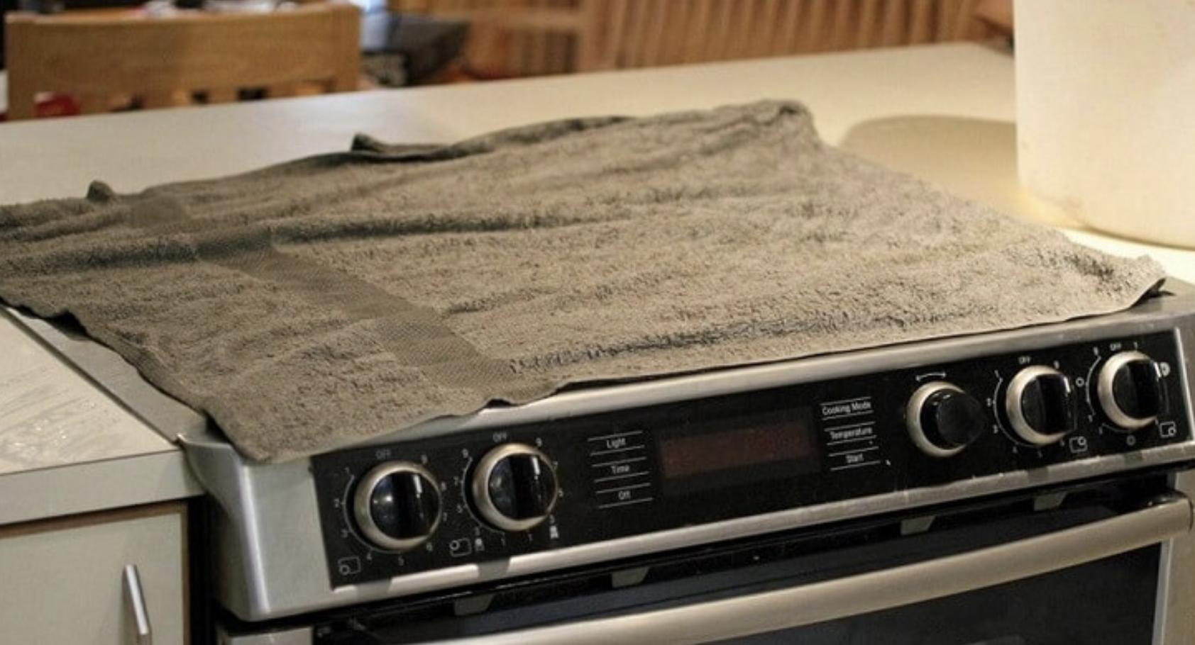 Дізнавшись, навіщо господиня накрила плиту вологими рушниками, ти побіжиш на кухню, щоб це зробити…
