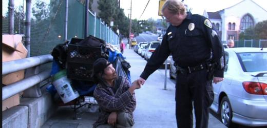Прекрасно що такі люди є! Бо те, що поліцейський зробив для бездомного, вразило всіх до глибини душі…
