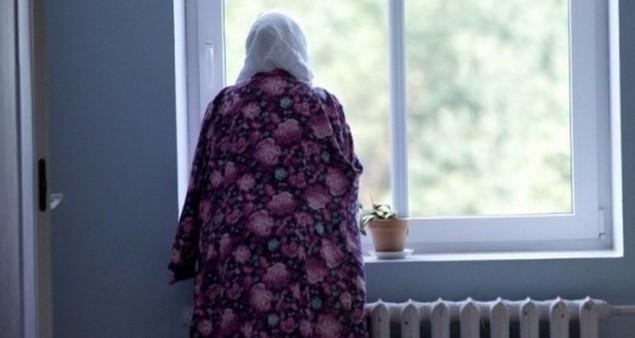 Жінка стояла біля вікна і по її обличчю текли сльози. За вікном тихо падав сніг, а за парканом вирувало життя. Був переддень Нового року