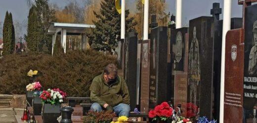 Мережу зворушило фото батька на могилі свого сина, який загинув від рук військових РФ, – 4 дні тому на фронті загинув другий його син