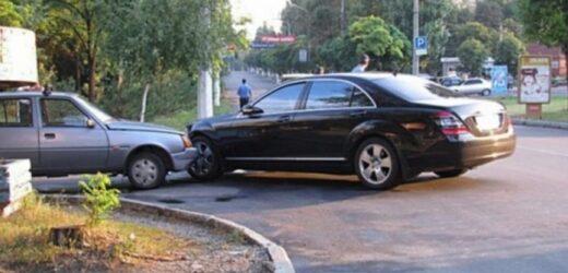 Київ 8 ранку, в Славуту врізається дорожезний Мерседес чиновника. 3відти вилітає хлопчина і дає дідусеві з Славути по м0рді..