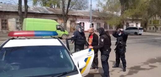 В Одесі гуляв 2 травня у футболці із серпом і молотом, але щось пішло не так, під'їхала поліція і .. (Відео)