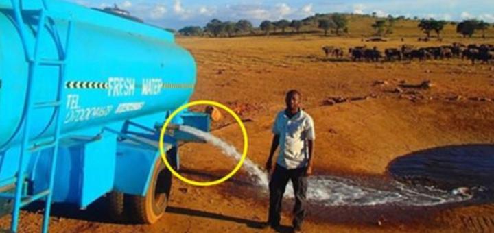 Цей чоловік кілька годин віз 3000 літрів води, щоб вилити її на землю. Подивіться, що станеться, коли відкриє кран…
