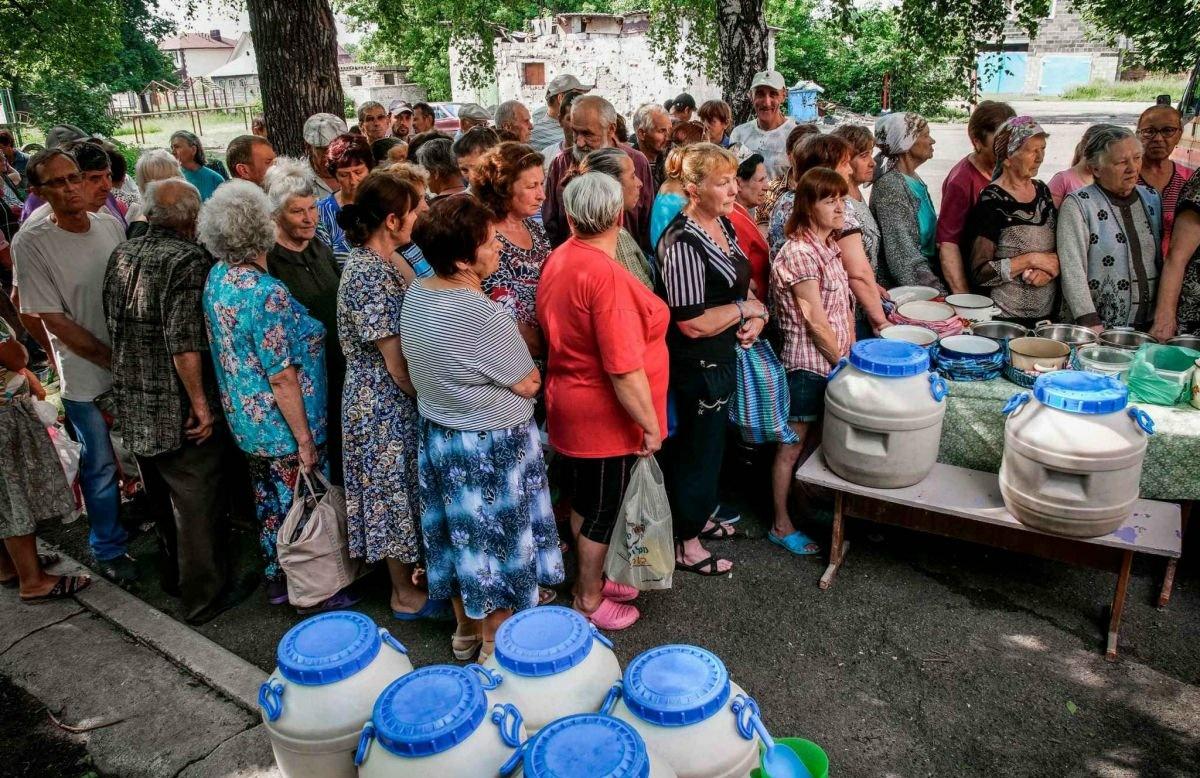 """""""Сумне видовище"""", – в Мережі показали, як мешканці Макіївки стоять в черзі за безкоштовною кашею…"""
