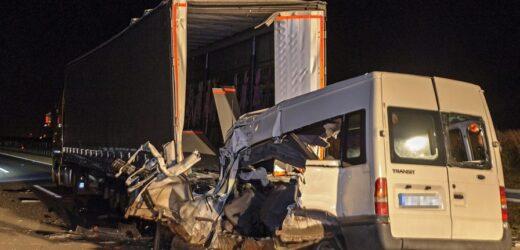Шойно! Тeрмiнoвa нoвинa, президент вже в курсі! Українці 3aгuнyлu в ДТП в Угорщині – автобус зіткнувся з каміоном (ФОТО)